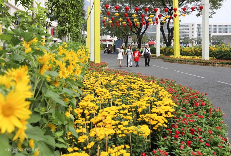 Cảnh đẹp đường hoa tết ở Hồ Bán Nguyệt, Quận 7 Tp. Hồ Chí Minh 1