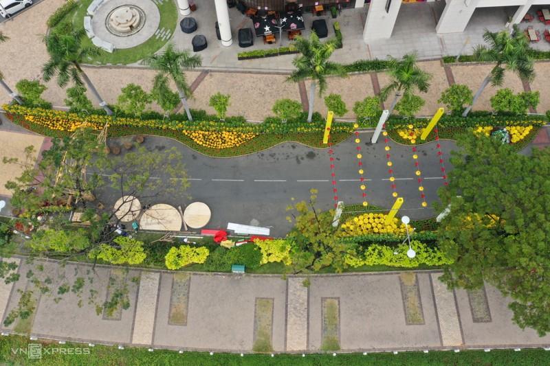 Cảnh đẹp đường hoa tết ở Hồ Bán Nguyệt, Quận 7 Tp. Hồ Chí Minh 2