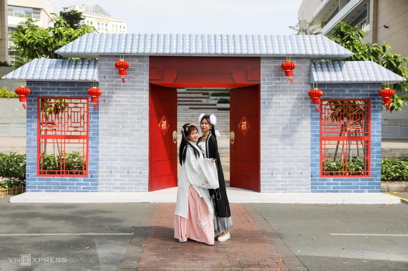 Cảnh đẹp đường hoa tết ở Hồ Bán Nguyệt, Quận 7 Tp. Hồ Chí Minh 11
