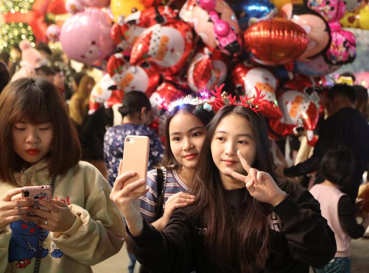 Cảnh người dân Hà Nội chơi Giáng Sinh 2020 2